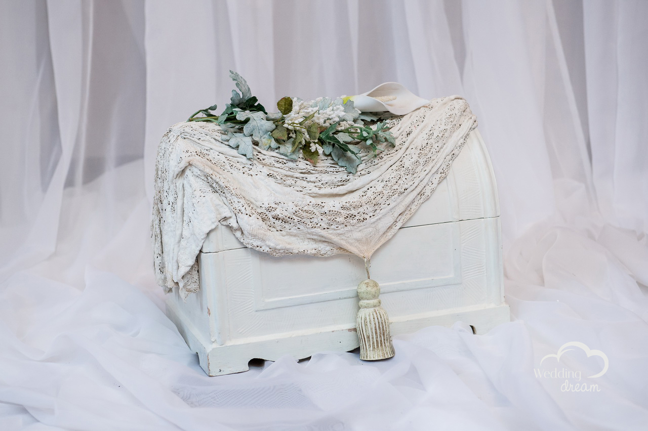 Small White Vintaged Chest Card Holder